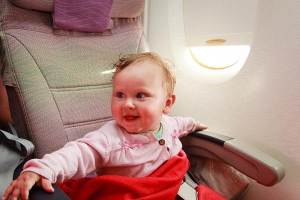 Kinh nghiệm đi máy bay đường dài cho trẻ em bạn cần biết