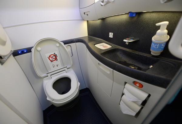 Một vài thắc mắc xoay quanh nhà vệ sinh trên máy bay