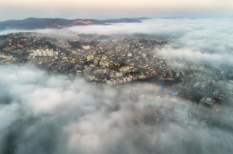 Mê đắm trước khoảnh khắc Đà Lạt chìm trong sương mù tháng 10